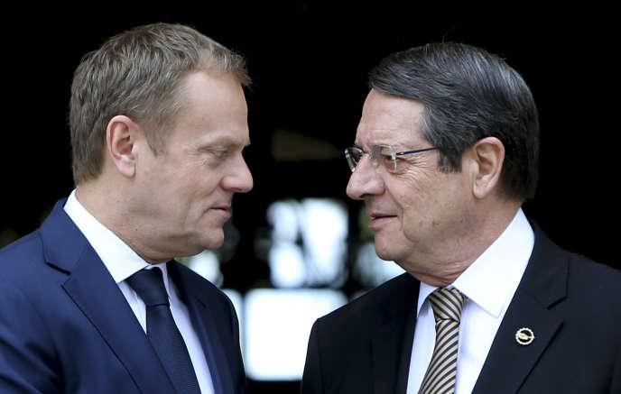Le président du Conseil européen, Donald Tusk (à gauche), avec le président de Chypre, Nicos Anastasiades, à Nicosie, mardi 15 mars 2016.