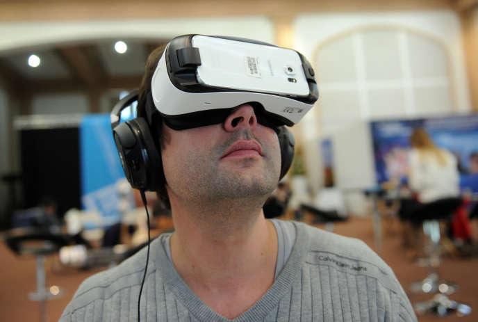 Essai d'un casque de réalité virtuelle lors de la 29è édition du Festival international de programmes audiovisuelles, à Biarritz, le 22 janvier