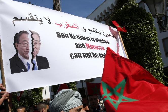 Des manifestants marocains à Rabat, dimanche 13 mars, affichent une pancarte accusant Ban Ki-moon de faire preuve de partialité sur la question du Sahara occidental.