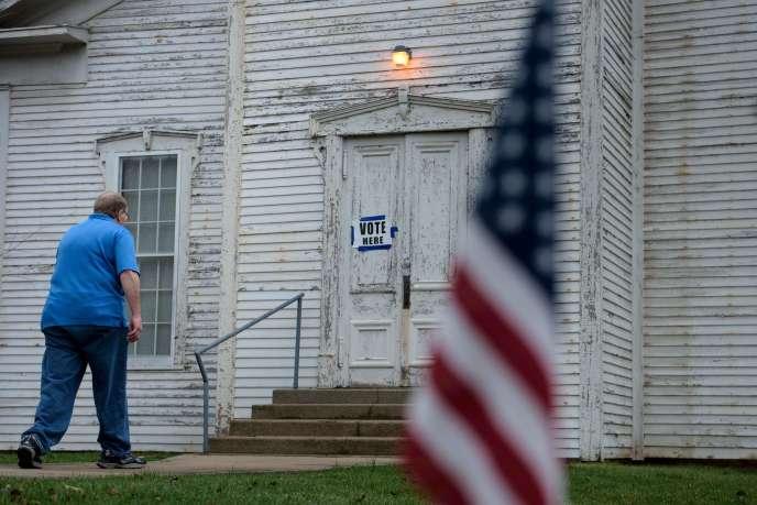 Un électeur arrive dans un bureau de vote Wilmot, dans l'Ohio, mardi 15 mars 2016.