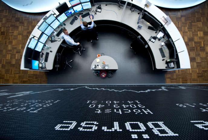 A la Bourse de Francfort. Le DAX est brièvement repassé lundi au-dessus des 10000 points, tandis qu'à Wall Street le S&P 500 et le Dow Jones ont clôturé au plus haut de l'année, vendredi 11 mars