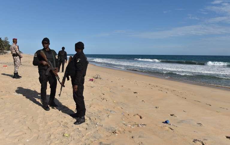 La police patrouille sur la plage de Grand-Bassam, le 15 mars 2016.