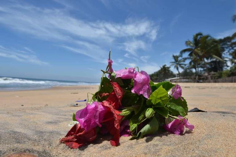 Des fleurs sur la plage de Grand-Bassam, le 15 mars 2016, deux jours après l'attaque terroriste qui a fait 21 victimes.
