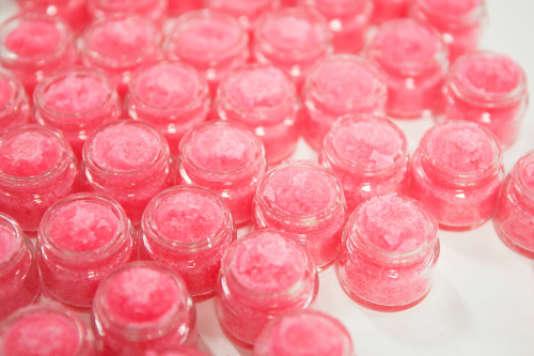 Des flacons de baume exfoliant pour les lèvres Lush, une marque qui s'affiche comme respectueuse du bien-être animal.