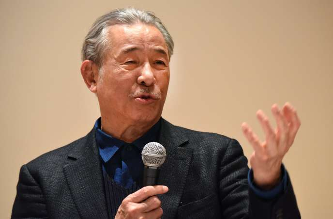 Le styliste Issey Miyake, lors de l'inauguration de l'exposition qui lui est consacrée au Centre national des arts de Tokyo, le 15 mars 2016.