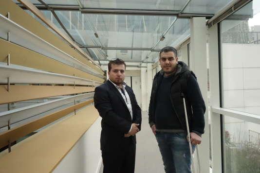 """Louai Abo Aljoud (à gauche) et Zein Al-Rifai, journalistes syriens, dans les locaux du """"Monde"""", mardi 15 mars."""