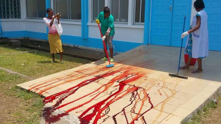 """Devant les portes de la maternité de Laquintinie, à Douala, après """"l'opération """" pratiquée, le 12 mars 2016, pour sauver les jumeaux d'une femme enceinte décédée dans des circonstances encore troubles."""