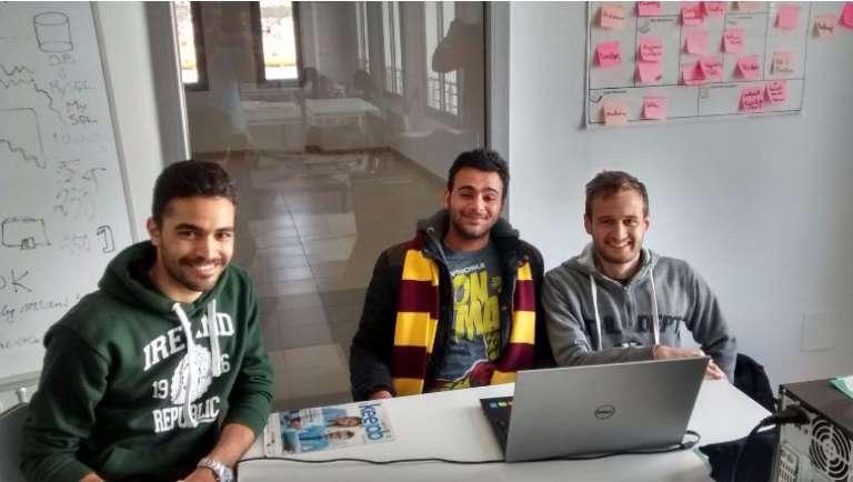 A Tunis, ls trois jeunes porteurs du projet  BeThree Youssef Aissa, Mohamed Rhodesly et Bechir Zakkour Farhat dans les locaux de l'incubateur de star-up Esprit.