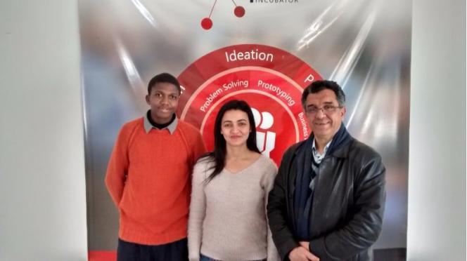 Le directeur de l'incubateur de l'école d'ingénieurs Esprit, Alaya Bettaieb, et la coach Mariem Ben Maallem reçoivent un jeune porteur de projet togolais.
