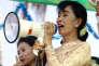Aung San Suu Kyi harangue ses partisans à Myeik, en Birmanie, le 4 mars 2016.