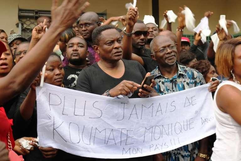 A Douala, le 13 mars, des Camerounais manifestent leur indignation après la mort dans un hôpital public de Monique Koumaté et de ses jumeaux dans des circonstances encore troubles.