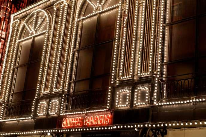 La façade du Théâtre des Bouffes parisiens à Paris. Avec l'acquisition de cette salle, l'équipe autour de