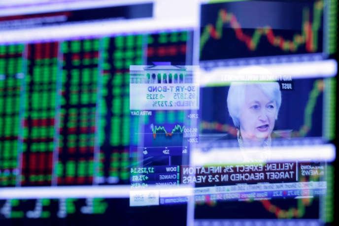 Janet Yellen refletée dans l'écran du New York Stock Exchange, le 16 mars 2016.