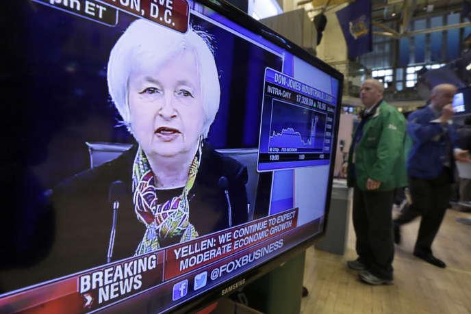 Conférence de presse de Janet Yellen, présidente de la Réserve fédérale américaine (Fed), retransmise sur le parquet de Wall Street, le 16 mars 2016.