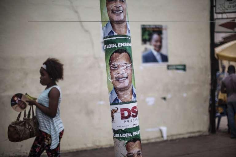 Des affiches de campagne du président sortant, Denis Sassou-Nguesso, à Brazzaville, le 16 mars 2016.