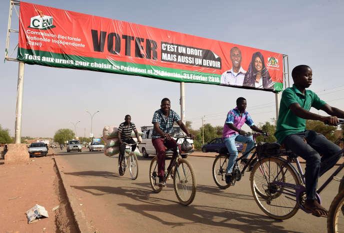 Une affiche de la commission électorale nigérienne appelant au vote  pour le premier tour de l'élection présidentielle  à Niamey, le 21 février.