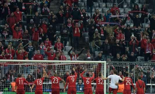 Les joueurs du Bayern de Munich célèbrent leur qualification pour les quarts de finale de la Ligue des champions, après leur victoire sur la Juventus de Turin, le 16 mars.