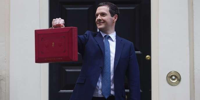 Le chancelier de l'Echiquier George Osborne  pose, mercredi 16 mars, devant le 11 Downing Street avant d'aller présenter son budget annuel à la Chambre des communes