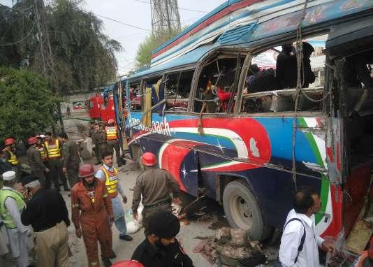 L'explosion d'un bus transportant des fonctionnaires a tué au moins 16 personnes dans la ville de Peshawar, dans le nord-ouest du Pakistan.