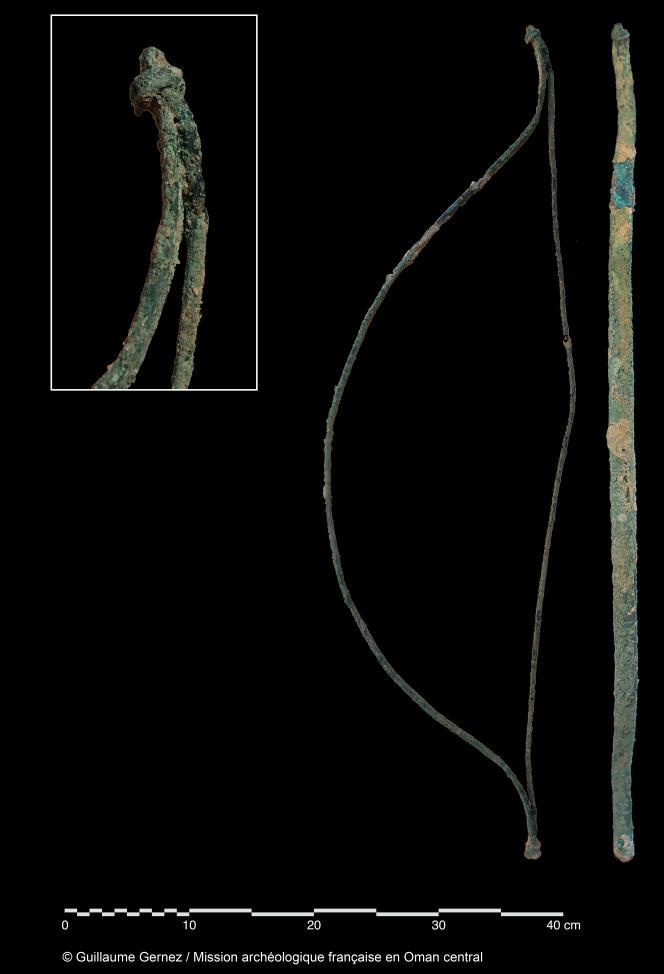 L'un des cinq arcs votifs en bronze provenant de la panoplie guerrière découverte lors de la fouille archéologique d'Adam, Mudhmar est.