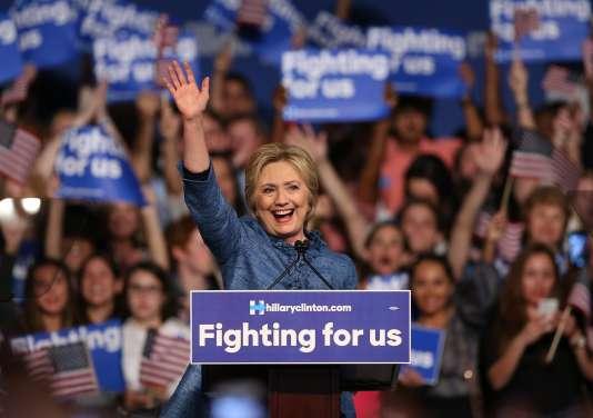La candidate démocrate, Hillary Clinton, s'exprime devant ses partisans lors de la primaire à la convention du comté de Palm Beach, en Floride, mardi 15 mars.