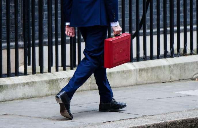 Le ministre des finances George Osborne portant la