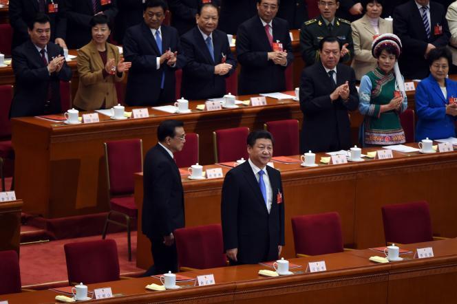 Le président chinois, Xi Jinping (en bas à droite), et le premier ministre, Li Keqiang (àgauche), à la fin du Congrès national du peuple, qui a adopté le plan quinquennal, le16 mars 2016.