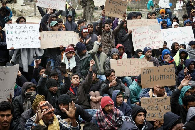 Des migrants pakistanais protestant à Lesbos, en Grèce, contre l'expulsion de 50 pakistanais en Turquie le 16 mars 2016.