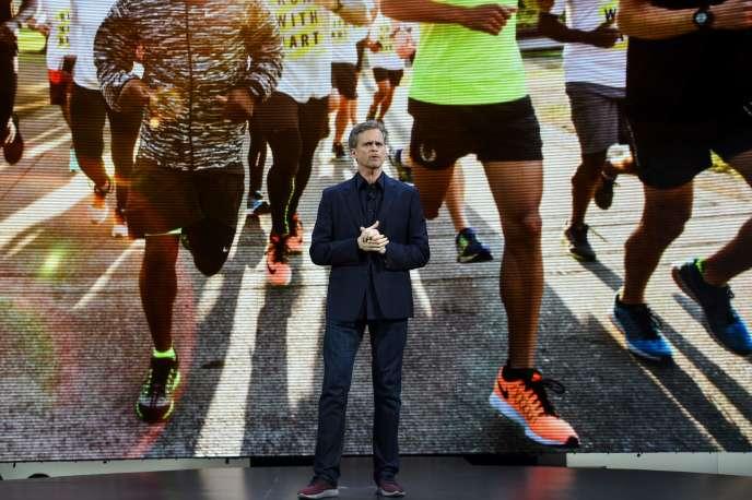 Le président de Nike, Mark Parker, révèle leurs dernières innovations sportives à New York le 16 mars 2016.