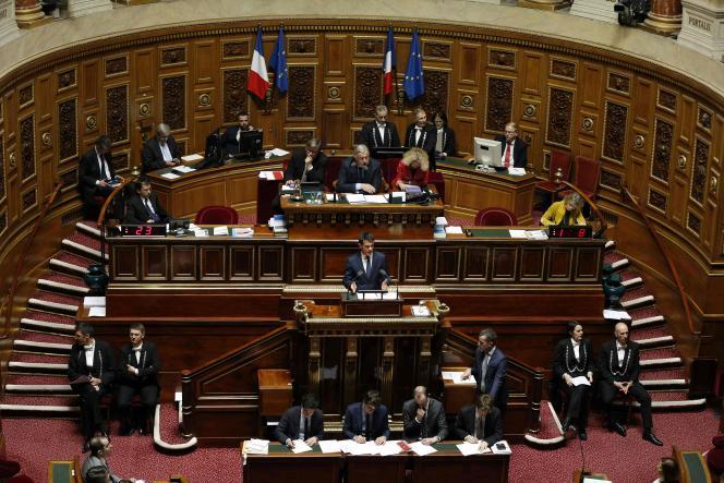 Le premier ministre Manuel Valls s'adresse aux sénateurs lors du débat sur l'état d'urgence et la déchéance de nationalité, le 16 mars 2016 au Sénat, à Paris.