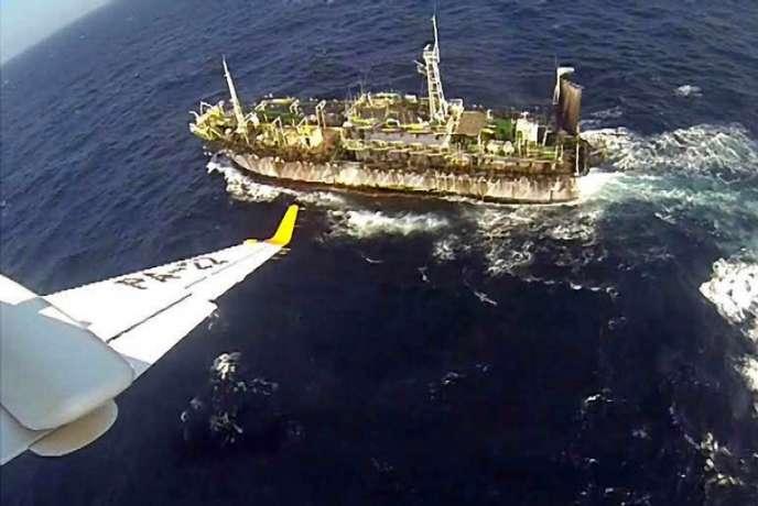 Le bateau de pêche chinois «Lu-Yan-Yuan-Yu-010» coulé par des gardes-côtes argentins alors qu'il pêchait illégalement dans les eaux territoriales argentines, le15mars.