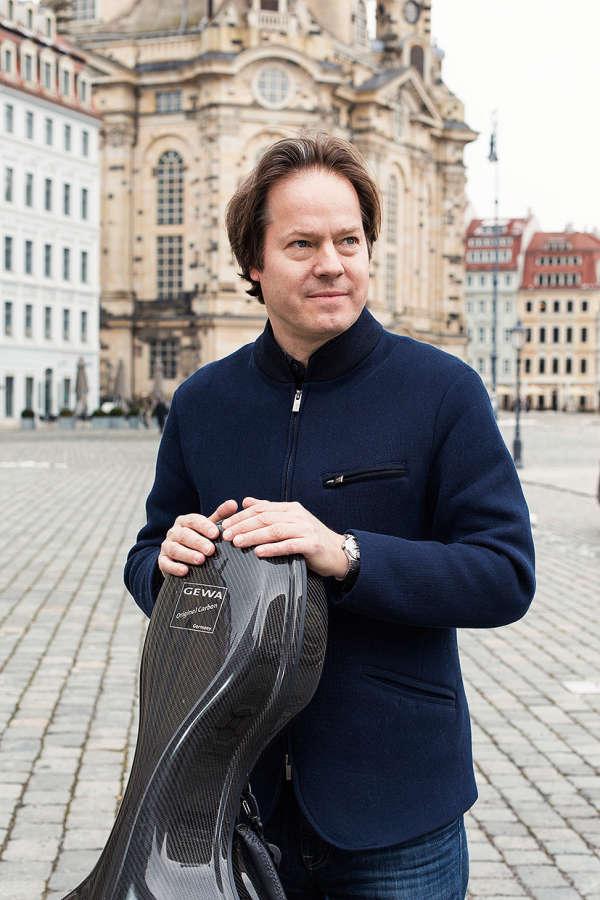 Devant la Frauenkirchen, le violoncelliste Jan Vogler, directeur des Dresdner Musikfestspiele, le festival international de musique classique de la ville.