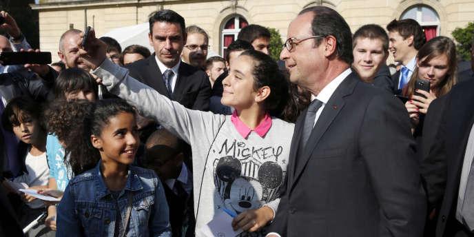 Le président François Hollande  pose pour un selfie avec une jeune fille à l'Elysée, à Paris, le 9 septembre 2014.