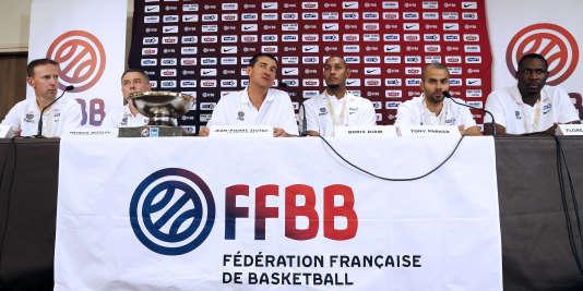 Vincent Collet (premier en partant de la gauche), Jean-Pierre Siutat (troisième) et Tony Parker (cinquième), ici réunis pour l'équipe de France, sont parmi les acteurs de l'affaire qui secoue le basket français, étant respectivement entraîneur de Strasbourg, président de la Fédération et président de l'Asvel.