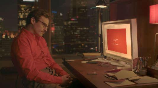 """Joaquin Phoenix (Theodore ) dans le film américain de Spike Jonze, """"Her"""". Theodore se décide à remplacer le système d'exploitation de son smartphone par un nouveau qui a la voix de Scarlett Johansson, avant d'en tomber amoureux"""