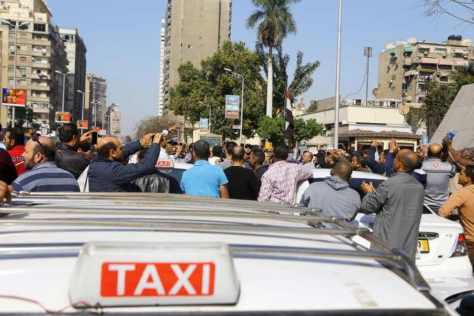 Le 27 février, au Caire, des conducteurs de taxi égyptiens manifestent devant le Conseil d'Etat contre Uber et Careem.