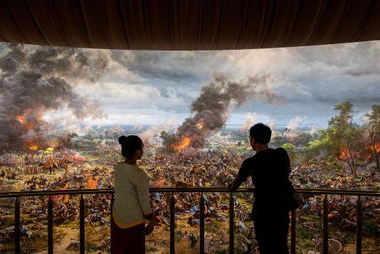 La fresque à 360 degrés, de 13 mètres de haut et 120 mètres de long, a été réalisée par 63 artistes nord-coréens et relate l'histoire de la Cité-Etat d'Angkor.