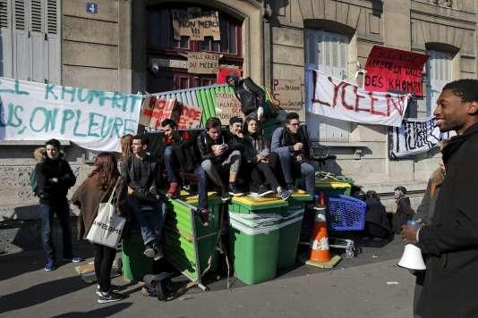 Devant le lycée Arago, jeudi 17 mars, à Paris.