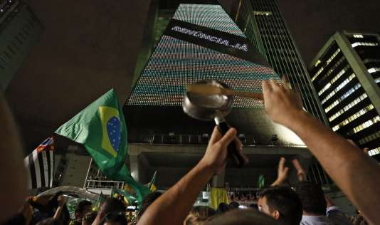 Sur l'avenue Paulista à Sao Paulo, le 16 mars.