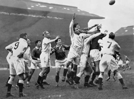 Photo prise le 24 février 1951 à Twickenham lors du match de rugby France-Angleterre comptant pour le tournoi des cinq nations.
