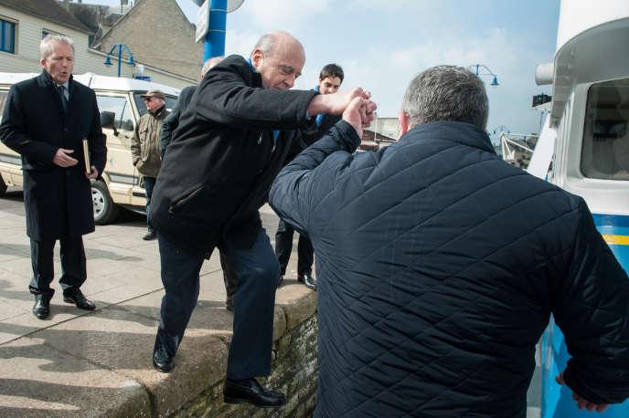 Alain Juppé lors d'une visite à Port-en-Bessin (Calvados), le 16 mars.