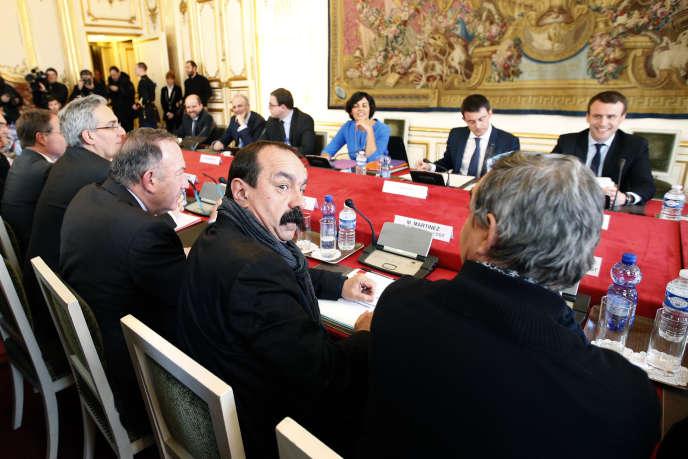 Le premier ministre Manuel Valls (2è au fond à droite), le ministre de l'économie Emmanuel Macron (1er au fond à droite) et la ministre du travail Myriam El Khomri rencontrent Philippe Martinez (2è en premier plan), leader de la CGT, et d'autres syndicats de traveilleurs, de patrons et d'étudiants pour des négociations sur la Loi du Travail à Matignon, Paris le 14 mars 2016.