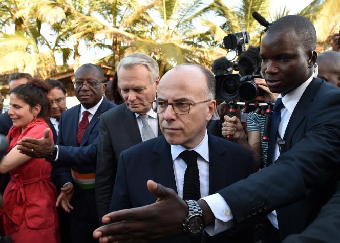 Le chef de la diplomatie française, Jean-Marc Ayrault, avec le ministre de l'intérieur, Bernard Cazeneuve, en visite à Grand-Bassam,  le 15 mars.