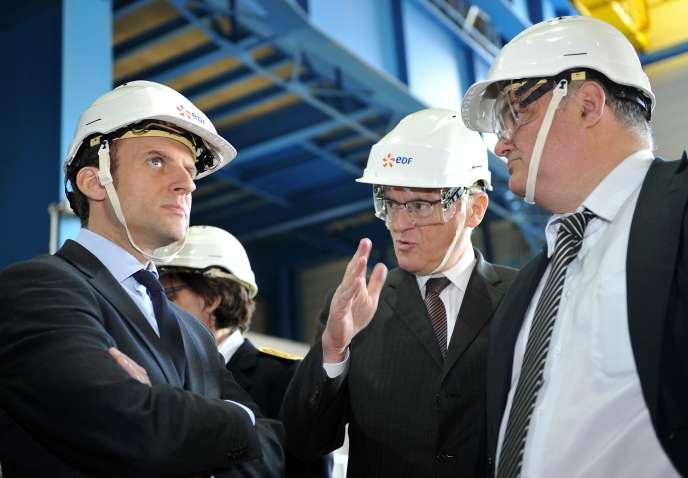 Emmanuel Macron (à gauche), et le PDG d'EDF, Jean-Bernard Lévy (au centre), lors du déplacement du ministre de l'économie à la centrale nucléaire de Civaux (Vienne), jeudi 17 mars.