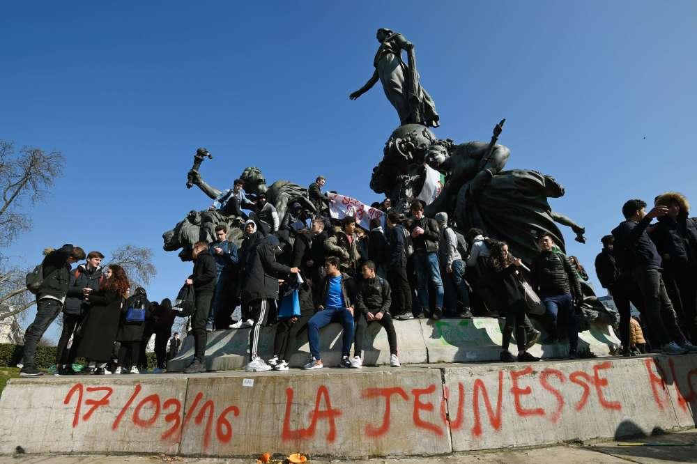 Selon les autorités, les manifestations n'auraient mobilisé que 69000manifestants dans toute la France.  Les organisateurs revendiquent eux plus de 150000participants.