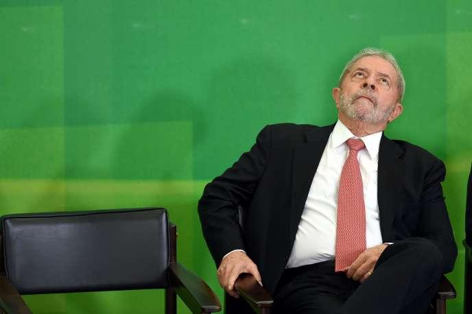 L'entrée en fonctions de Luiz Inacio Lula da Silva a été suspendue par la décision d'un juge fédéral de Brasilia, Itagiba Catta Preta Neto, explicitement anti-PT, au motif d'entrave à la justice.