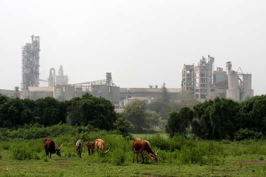 La cimenterie Hima, dans la ville du même nom, à l'est de l'Ouganda, appartient à LafargeHolcim, leader mondial des matériaux de construction.