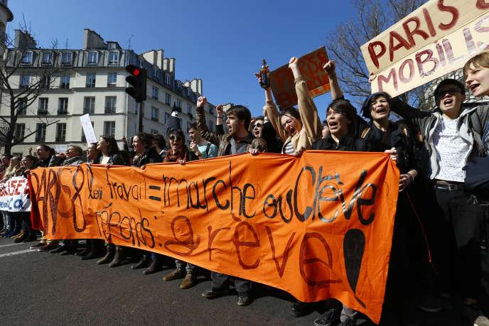 Lycéens et étudiants manifestent contre la loi travail, jeudi 17 mars à Paris.