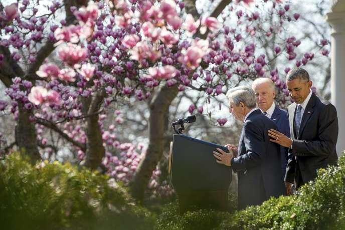 Le juge  Merrick Garland (à gauche) avec le président Barack Obama et le vice-président Joe Biden, dans le Rose Garden de la Maison Blanche, à Washington, mercredi 16mars 2016.
