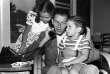 Cliché de 1948 montrant le crooner Frank Sinatra Senior aux côtés de ses enfants, Nancy et Frank Junior, à Hollywood, Los Angeles.